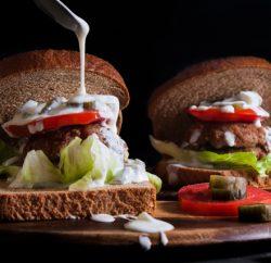 برجر اللحم بحشوة السبانخ والجبن