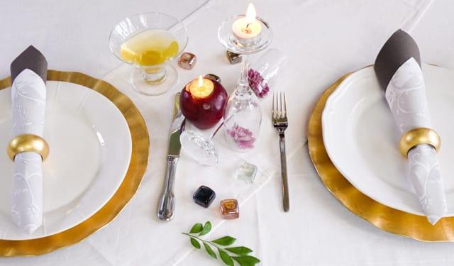 طريقة تجهيز طاولة صغيرة بشكل رومانسي