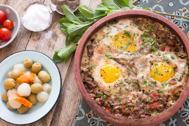 برام الفول باللحم المفروم والبيض والخلطة اللبنانية