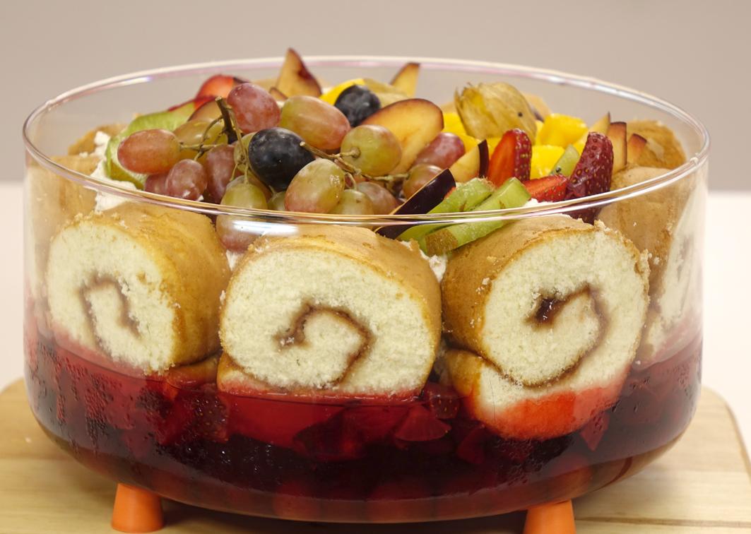 جيلي فواكه بالسويسرول والكريمة والفاكهة