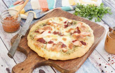 بيتزا ببيستو الكسبرة والدجاج