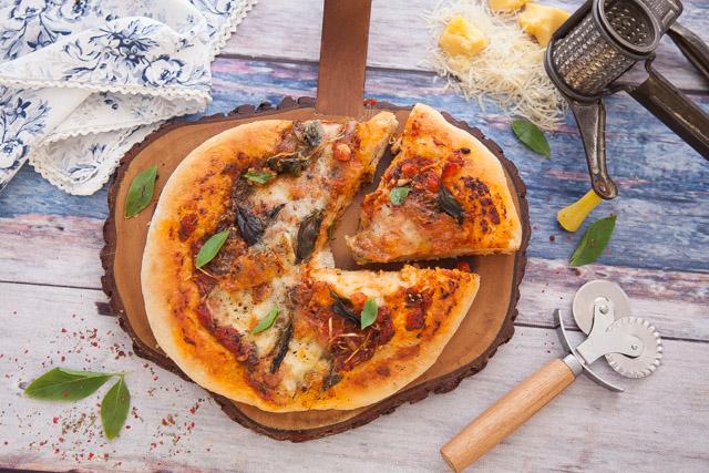 عجينة البيتزا والصلصة الخاصة للبيتزا
