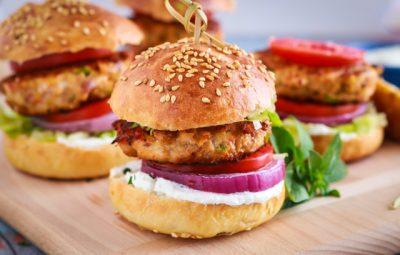 برجر الدجاج بالخضروات مع خبز البرجر البيتى