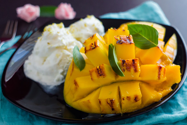 مانجو مشوية مع ايس كريم الليمون وجوز الهند