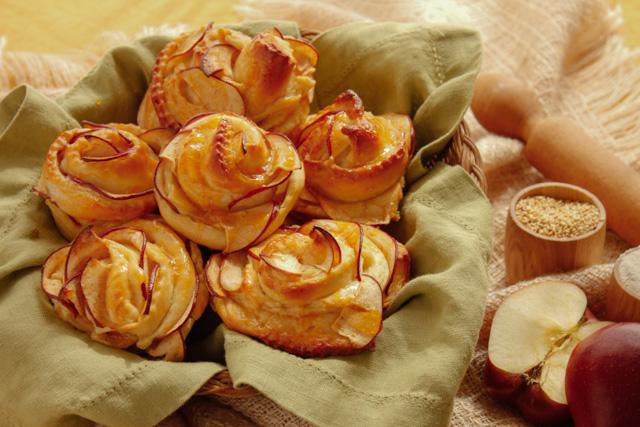 مخبوزات بالسكر و التفاح و السوسيس