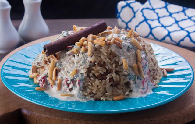 ارز باللحم المفروم مع صوص الزبادي الحار