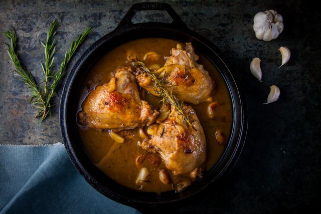 افخاد الدجاج بصوص الثوم والروزماري
