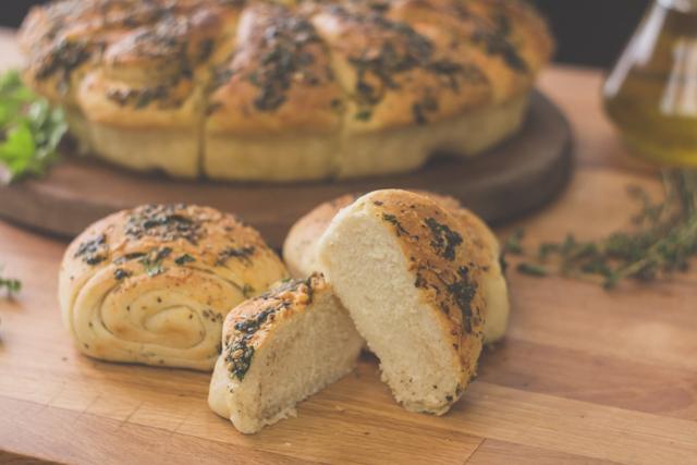 خبز بزيت الزيتون والاعشاب