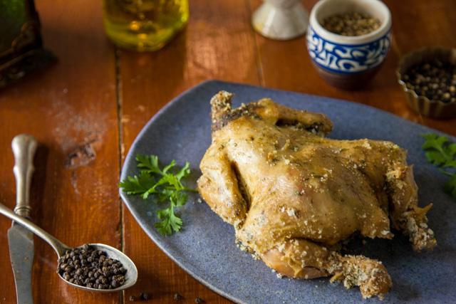 دجاجة مشوية بقوقعة الملح والاعشاب