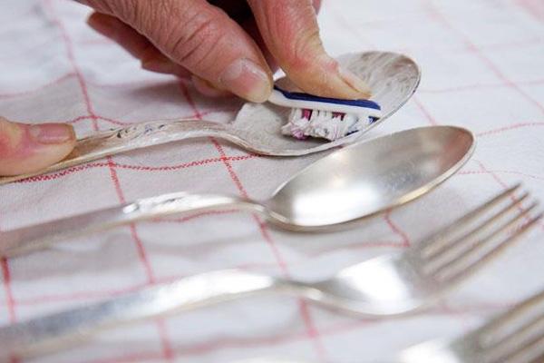 تلميع ادوات المائدة والفضة قبل العيد بمكون واحد فقط