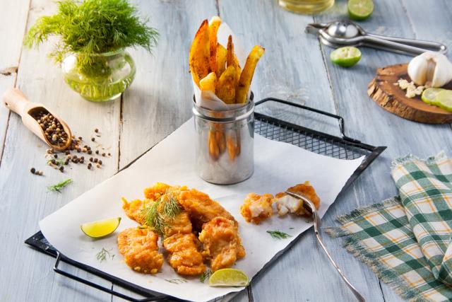 أصابع السمك المقلية مع البطاطس (فيش اند شيبس)