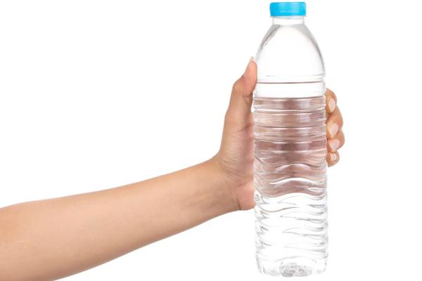 بخطوتين فقط يمكنك التخلص من الروائح الكريهة في زجاجة المياه