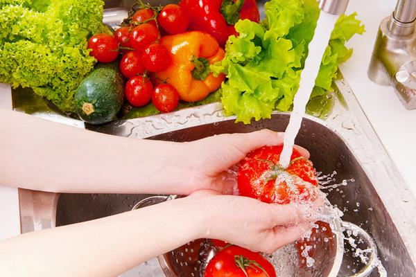 وصفة فعالة لغسل الفاكهة والخضروات