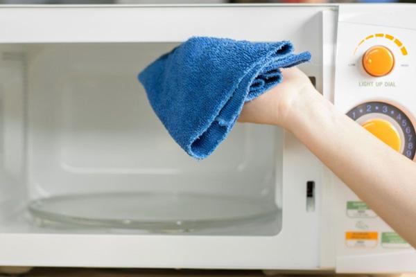 أسهل الطرق لتنظيف الميكرويف