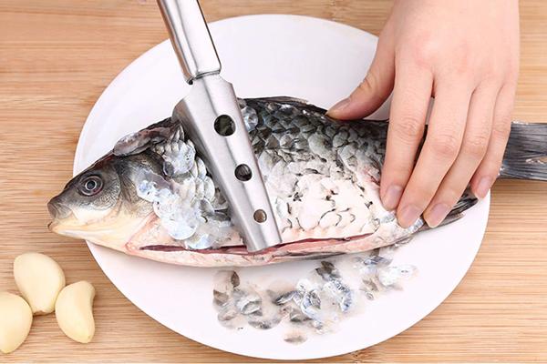 طرق تنظيف السمك والجمبري بالخطوات