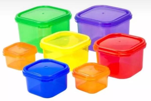 حيل للتخلص من الروائح العالقة في العلب البلاستيكية