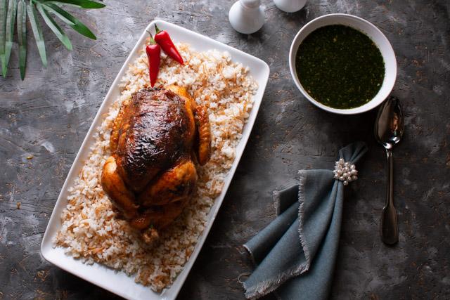 دجاج محشي بالبصل المكرمل مع ملوخية خضراء