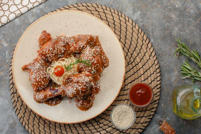دبابيس الدجاج الروستد مع زبده العسل والباربكيو