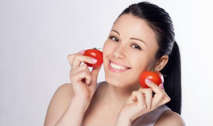 الطماطم و4 وصفات سهلة لماسكات لبشرة كلها نضارة وحيوية
