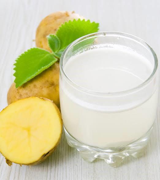 4 وصفات سهلة جدًا من عصير البطاطس لتنظيف البشرة وترطيبها