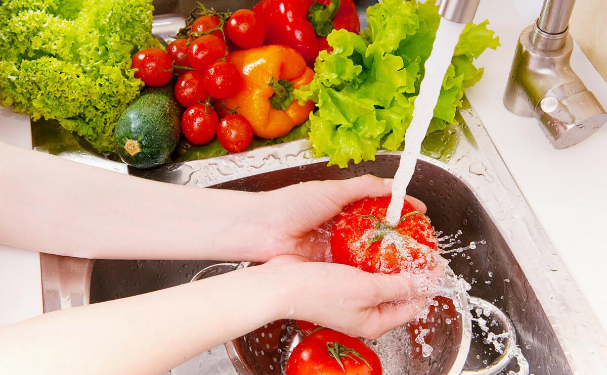 كيفية تنظيف الخضراوات والفواكه بطريقة صحية